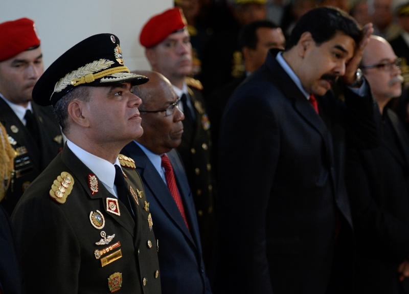 انشغلت المعارضة بجمع التوقيعات اللازمة للاستفتاء المطالِب بإقالة مادورو (أ ف ب)