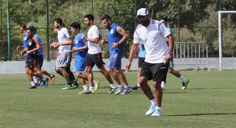 المدرب حجيج وخلفه اللاعبون خلال التمرين الأول مع الراسينغ (عدنان الحاج علي)