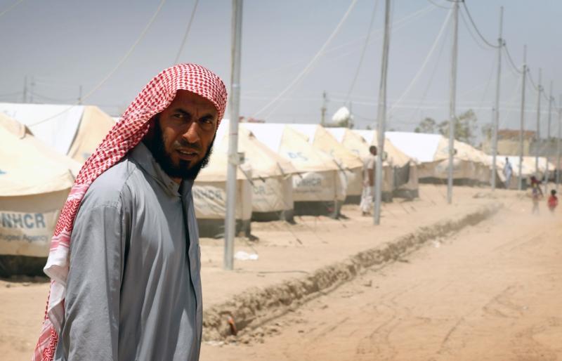 أحد الهاربين من الموصل في مخيّم للنازحين في مخمور (أ ف ب)