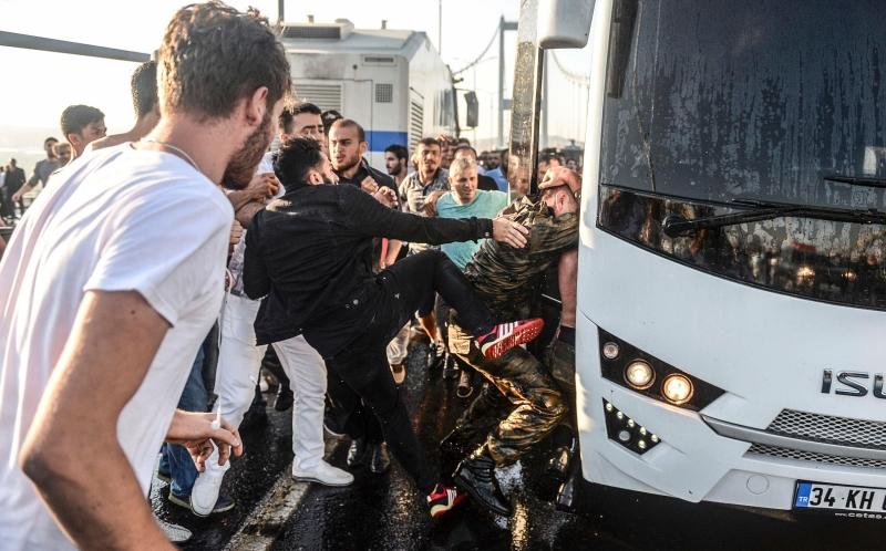 ظهرت مجموعات من الشبان بلباس مدني يحملون بنادق في شوارع إسطنبول (أ ف ب)