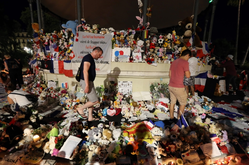 ما الذي يجعل فرنسا ـ بلد الأنوار ـ ساحة أوروبا الأولى جذباً للإرهاب والإرهابيين؟ (أ ف ب)