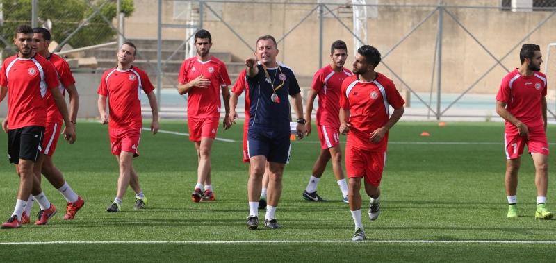 رادولوفيتش مع لاعبي المنتخب في خلال التمرين أمس (عدنان الحاج علي)