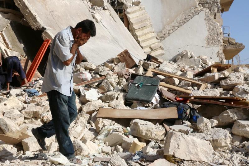 يقول عسكريو الجيش إن قلّة من المدنيين ما زالت في داريا (أ ف ب)