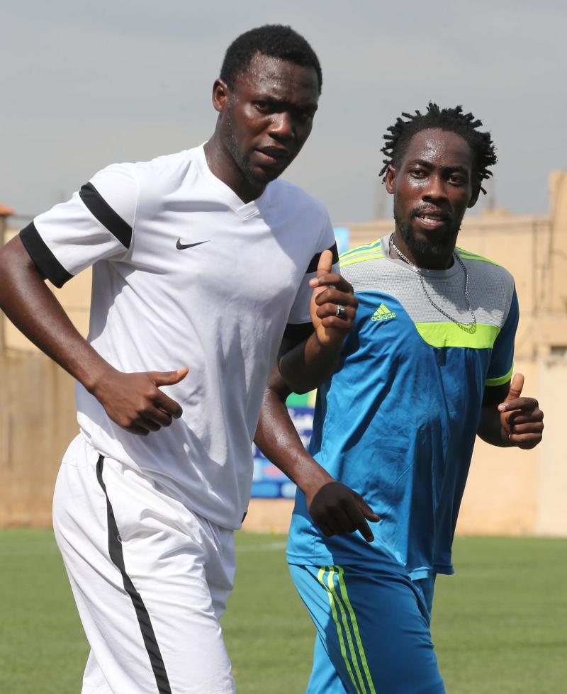 دينيس وكبيرو خلال التمرين على ملعب العهد (عدنان الحاج علي)