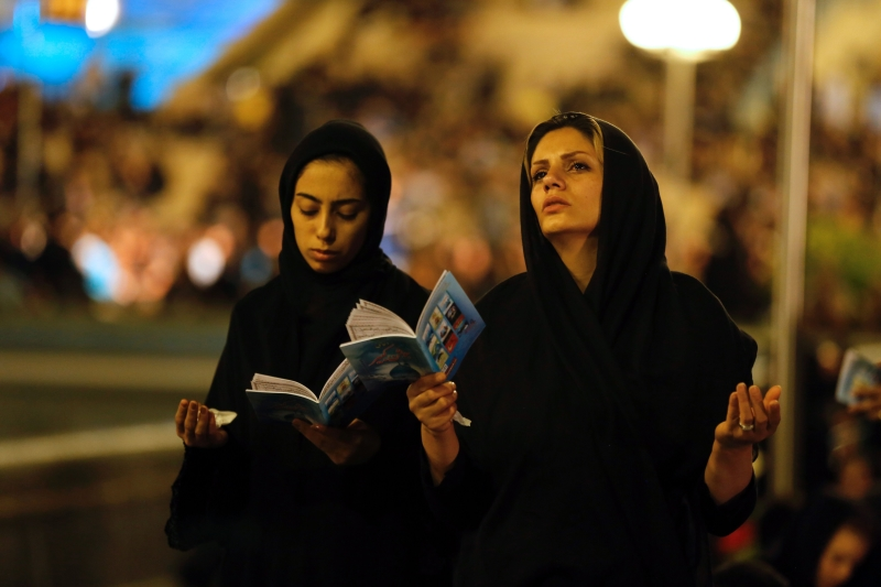 إيرانيتان تشاركان في مراسم دينية في مسجد الإمام الخميني في طهران (أ ف ب)