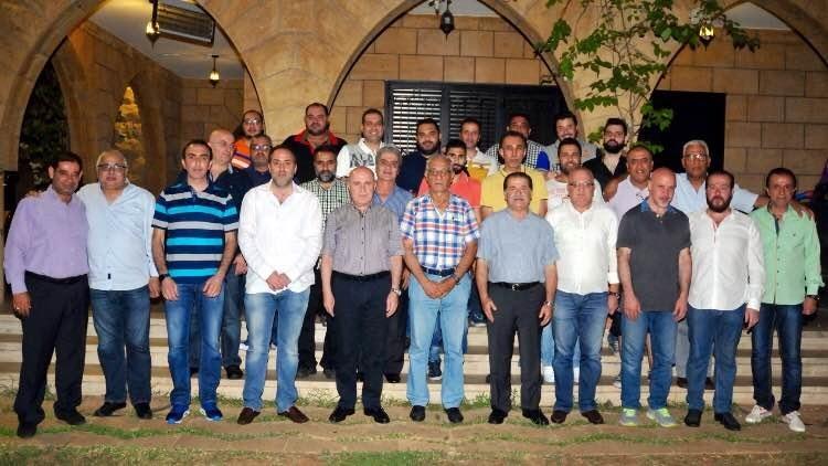 حيدر وسليمان يتوسطان الإعلاميين (طلال سلمان)