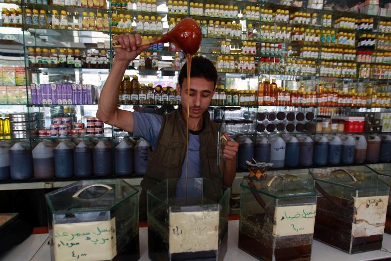 أثارت أزمة السيولة مخاوف اليمنيين لا سيما موظفي الدولة