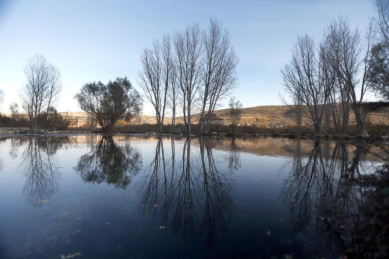 تعوم بلدة اليمونة على «بحرٍ» من المياه لكن أحوال أهلها ليست بخير (هيثم الموسوي)