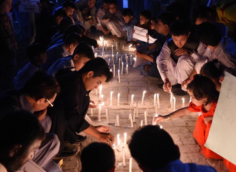 باكستانيون من «الهزارة» يضيئون الشموع حداداً على ضحايا كابول (أ ف ب)