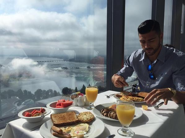 بيللي يتناول الفطور أمام شلالات نياغارا