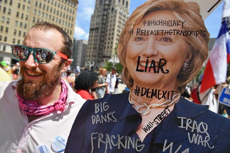 تظاهر الآلاف من مناصري ساندرز ضد كلينتون أمام مقر انعقاد المؤتمر