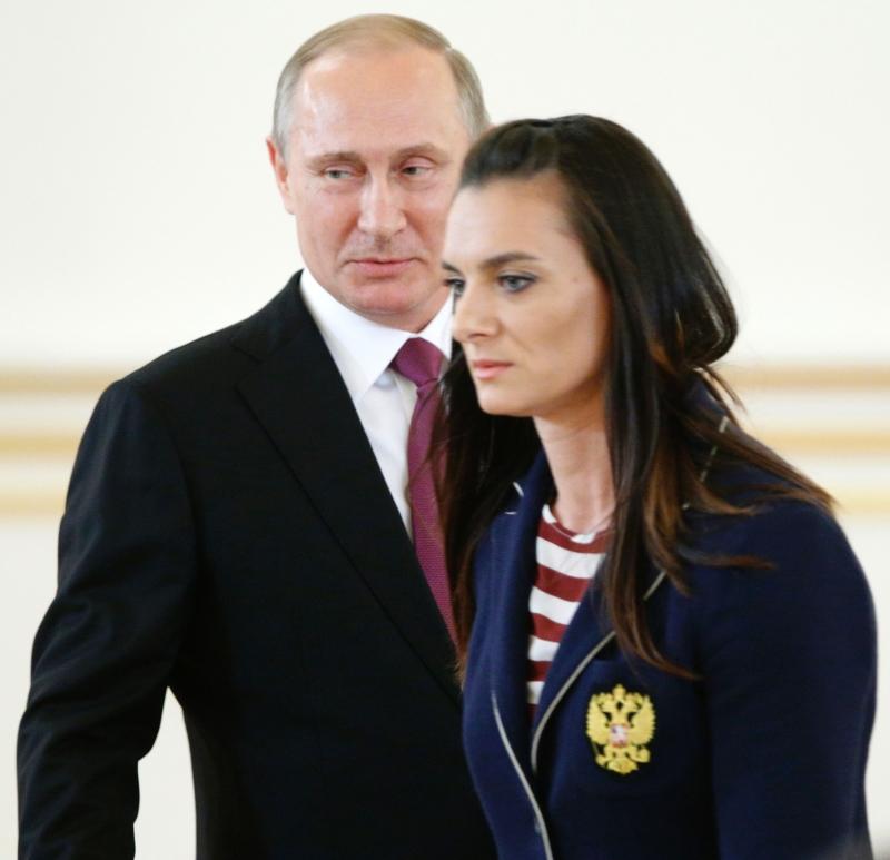 بوتين وإلى جانبه إيسنباييفا خلال لقائه مع الرياضيين (أ ف ب)