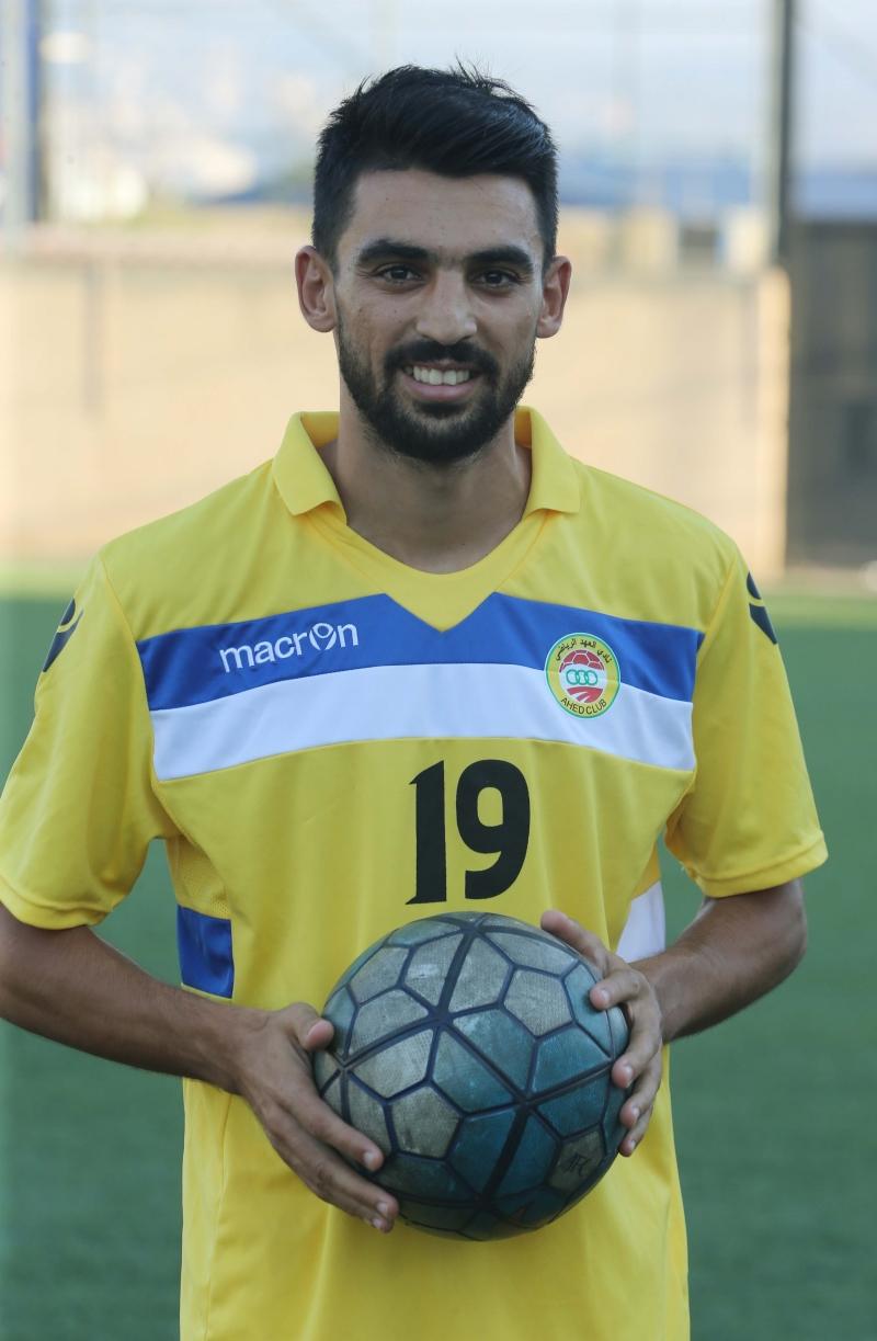 محمد حيدر مرتدياً الوان العهد بعد تقديمه رسمياً أمس (عدنان الحاج علي)