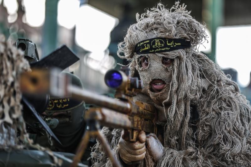 خلال العرض العسكري الذي أقامته «سرايا القدس» إحياء لذكرى انتصار غزة (الأناضول)