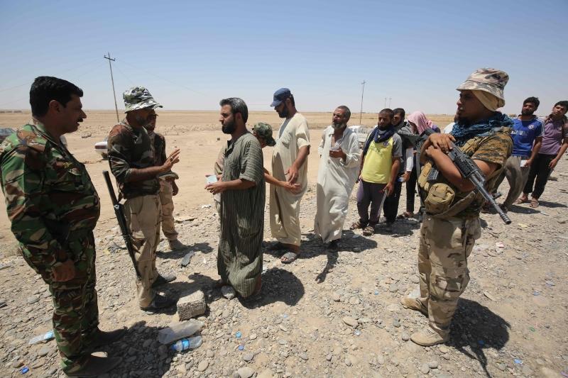 تفيد التقارير عن اندلاع القتال بين القوات العراقية وعناصر «داعش» في القيارة والشرقاط (أ ف ب)