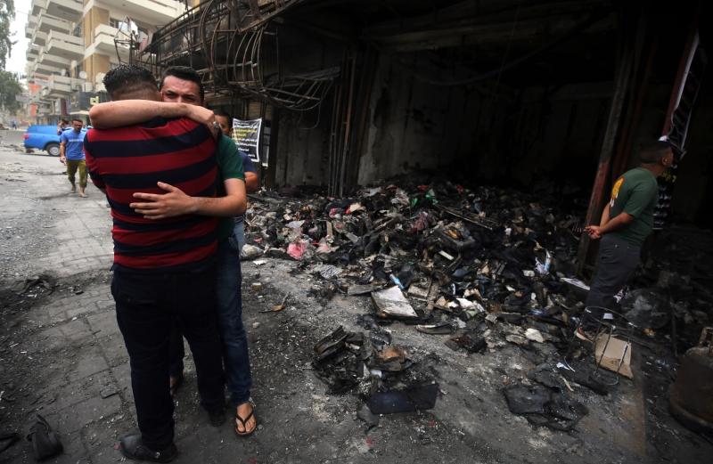 من موقع التفجير أمس (أحمد الربيعي ــ أ ف ب)