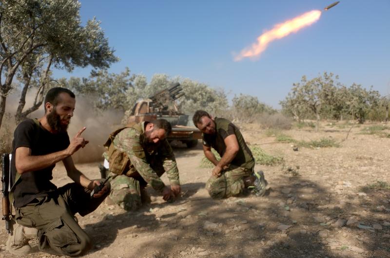 لعب تكثيف استهداف حيّ الحمدانية دوراً في مفاقمة الشعور بالخطر لدى سكّان حلب الغربيّة (الأناضول)