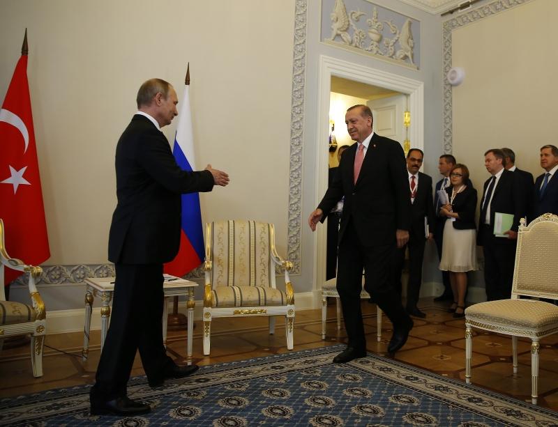 رحّب بوتين بالزيارة التي تأتي في ظل الظروف المعقدة التي تعيشها تركيا (الأناضول)