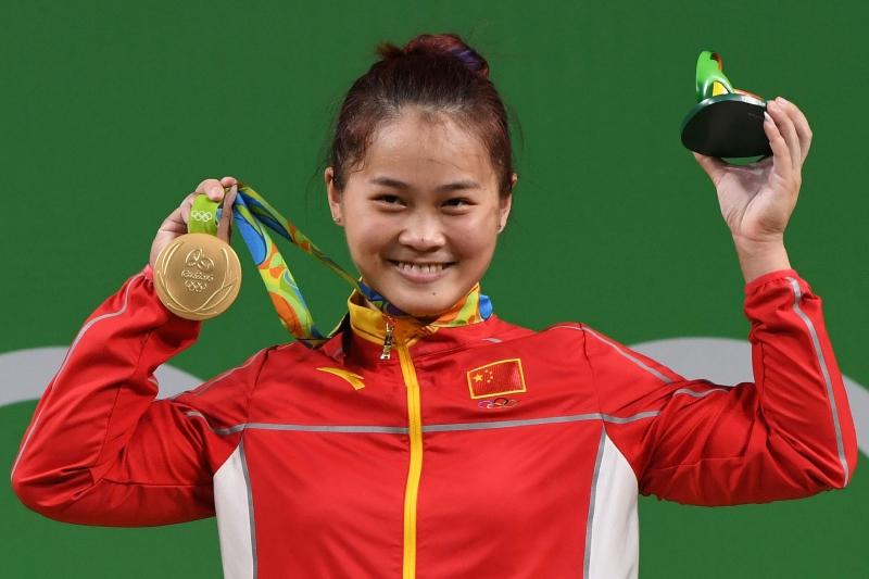 الرباعة الصينية ويي وون دينغ مع ذهبيتها القياسية (أ ف ب)