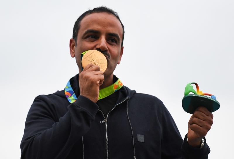 أحرز الكويتي الديحاني أول ذهبية للعرب بمشاركته تحت العلم الأولمبي لا علم بلاده (أ ف ب)