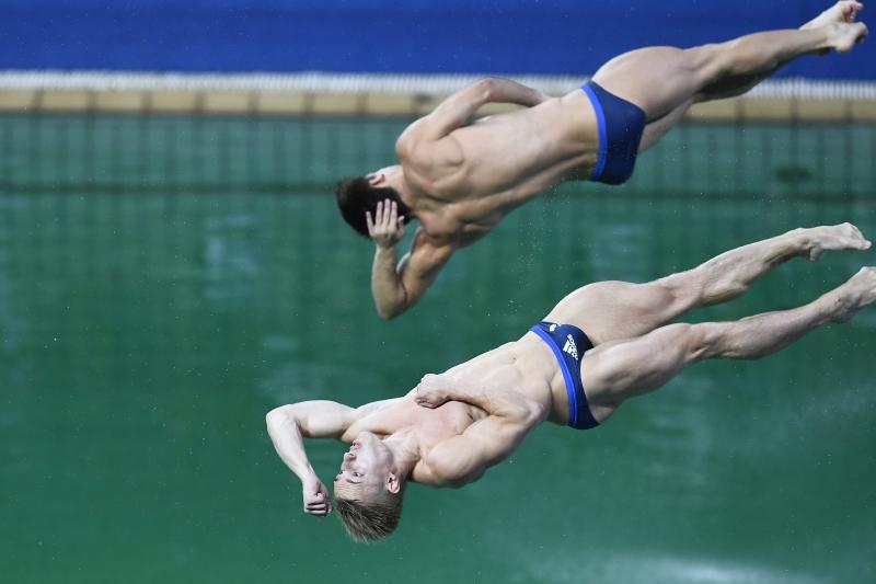 نجحت البريطانيان جاك لوغر وكريس ميرز بإحراز الذهبية في رياضة الغطس الايقاعي (أ ف ب)