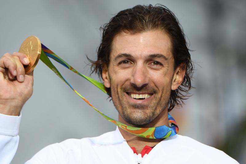 حاز السويسري كانسيليرا على الذهبية ضمن رياضة الدراجات الهوائية (أ ف ب)