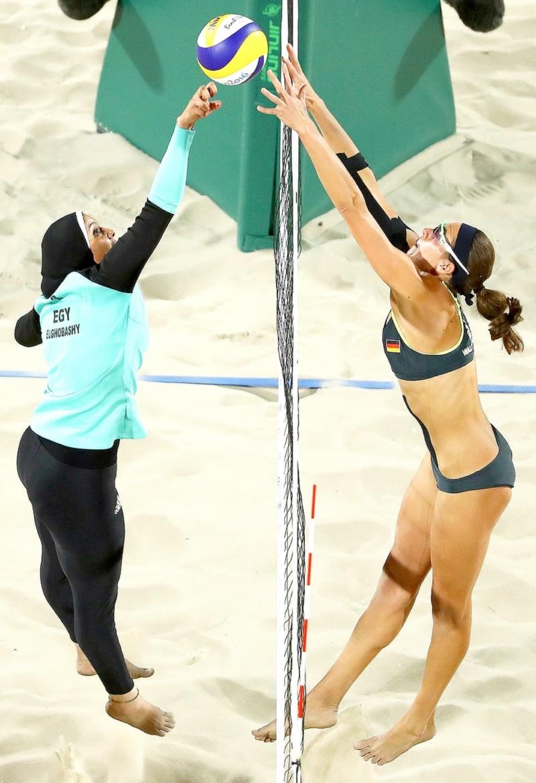 الصورة الرمز ليست فتاة البوركيني المصرية التي تلعب كرة الشاطئ مع فتيات البكيني