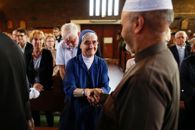 شارك مسلمون في تكريم هامل في كنيسة سانت إتيان دو روفريه