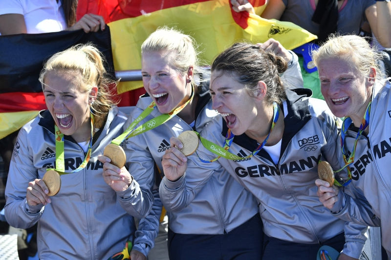فرحة فريق سيدات ألمانيا بذهبيته في التجذيف (أ ف ب)