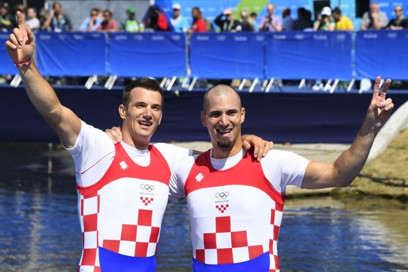 فرحة الشقيقين الكرواتيين سينكوفيتش بذهبية سباق الزوجي بمجذافين (أ ف ب)