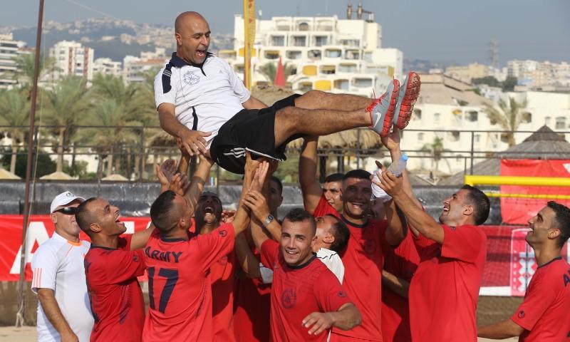 لاعبو الجيش يحتفلون مع مدربهم مالك حسون بالتأهل إلى النهائي (عدنان الحاج علي)
