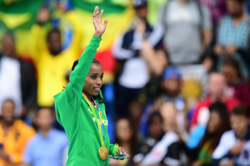 حققت الأثيوبية ألماظ أيانا ذهبية سباق 10 آلاف م محطمة الرقم القياسي العالمي (أ ف ب)