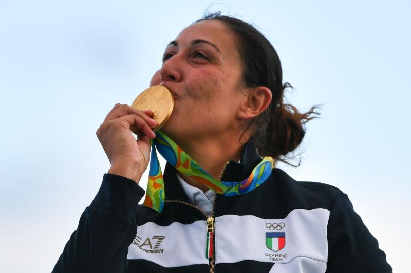 الإيطالية ديانا باكوزي تقبل ذهبية السكيت في رياضة الرماية (أ ف ب)