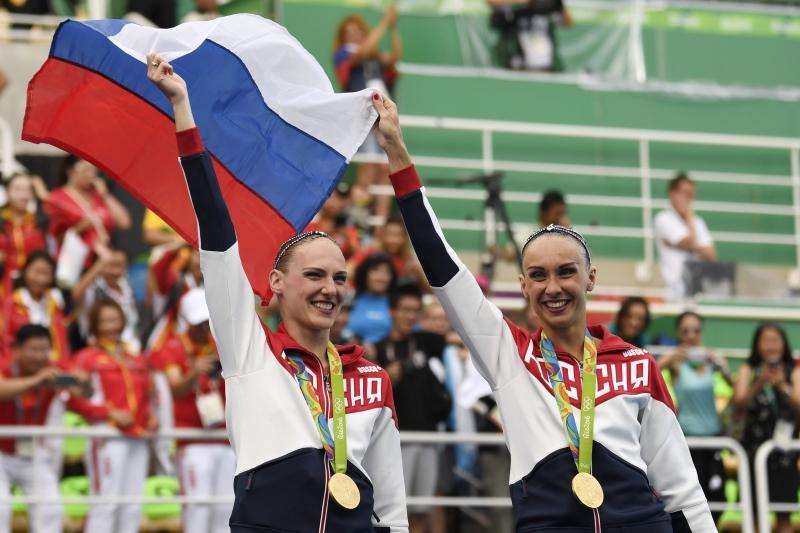 الروسيتان ناتاليا ايشتشنكو وسفتلانا روماشينا بعد الفوز بذهبية السباحة الايقاعية (أ ف ب)