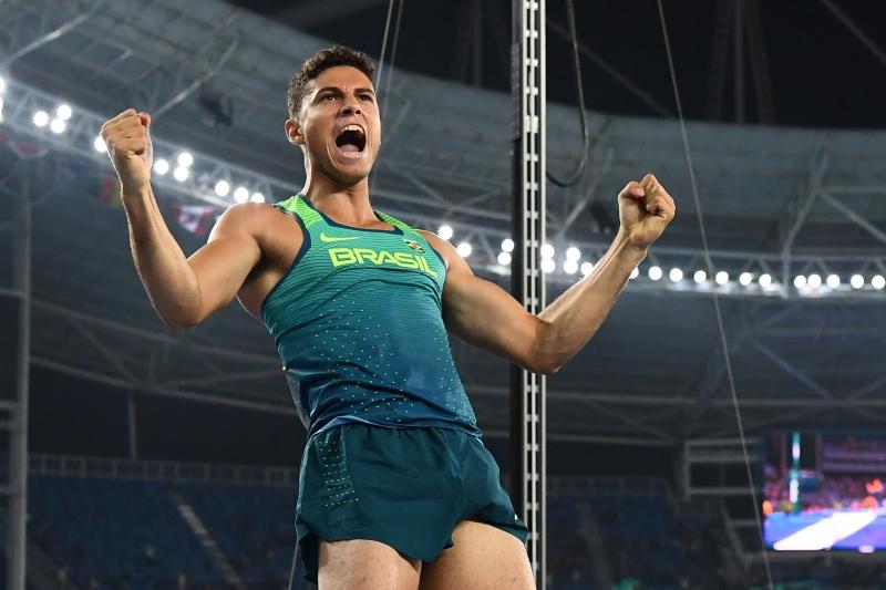 حقق البرازيلي تياغو براز دا سيلفا رقماً قياسياً في مسابقة القفز بالزانة (أ ف ب)