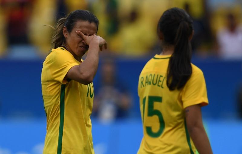 حسرة البرازيليات بعد خروج المنتخب الكروي (أ ف ب)