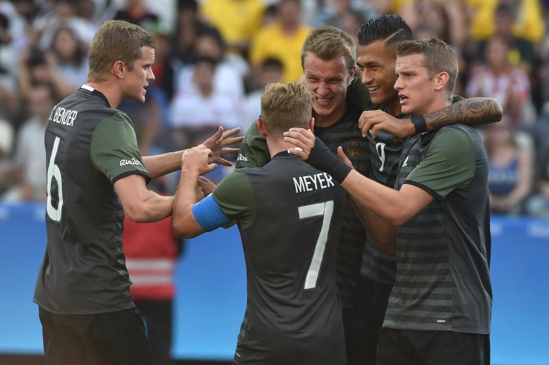 فرحة اللاعبين الألمان بهدف كلوسترمان (أ ف ب)