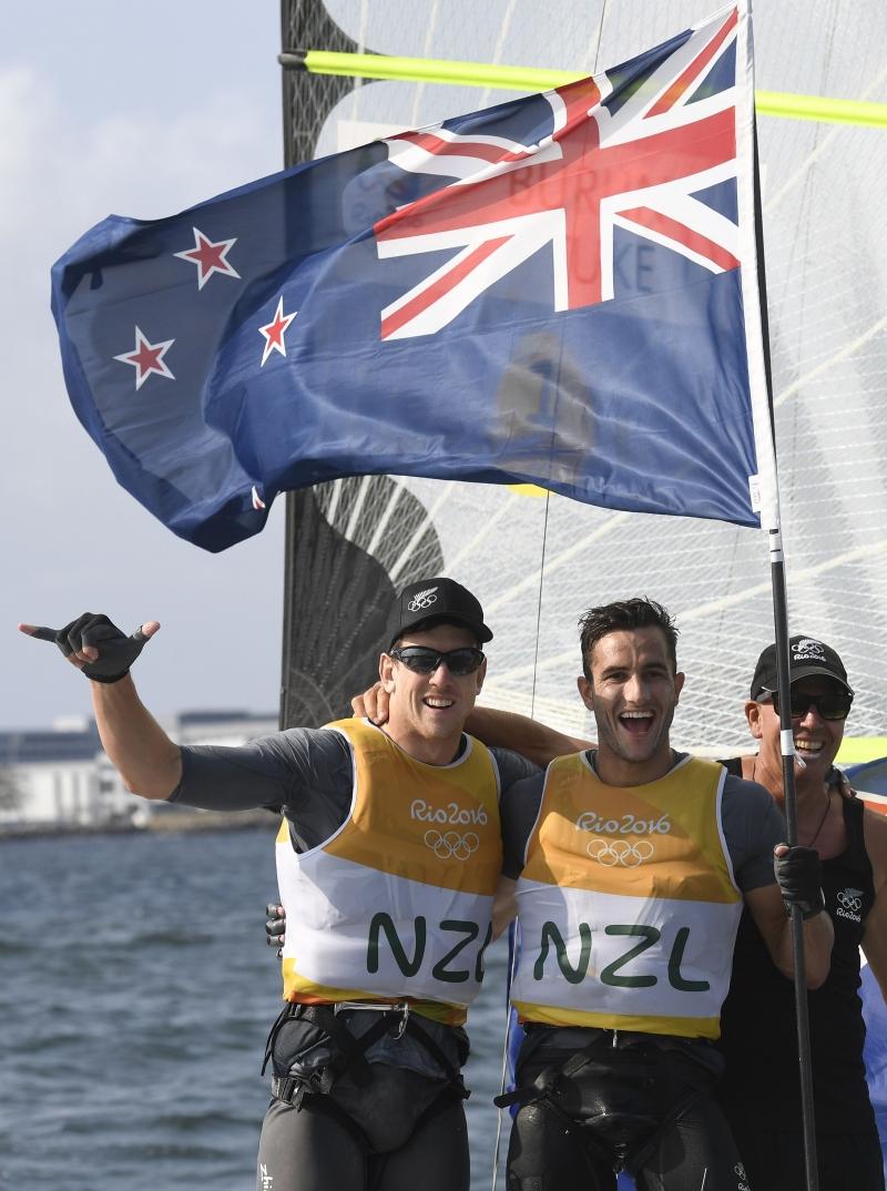 تُوِّج النيوزيلنديان بيتر بيرلينغ وبلير توك بذهبية الشراع (أ ف ب)