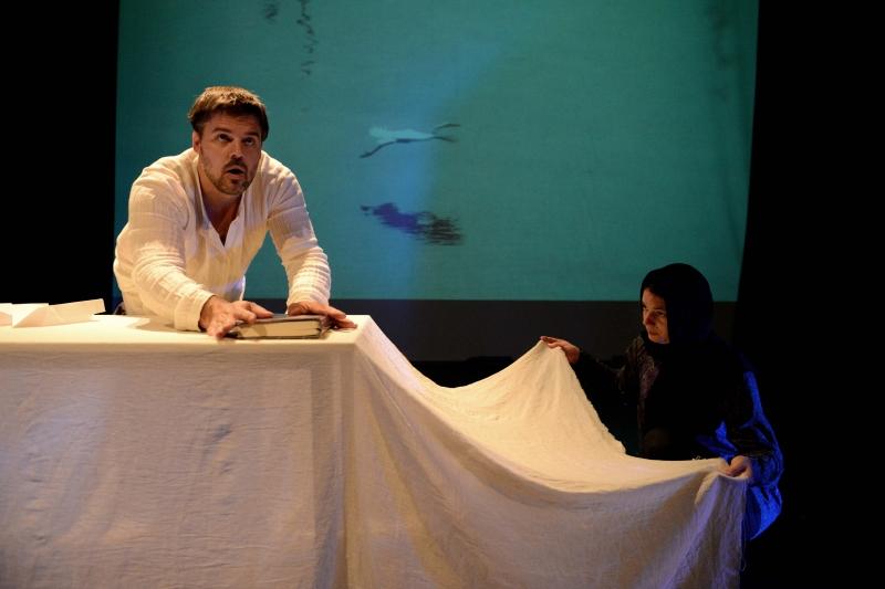 مشهد من عرض «محمود» للمخرج السلوفيني بيتر سربسك