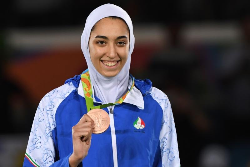 ميدالية تاريخية للإيرانية زاده (أ ف ب)