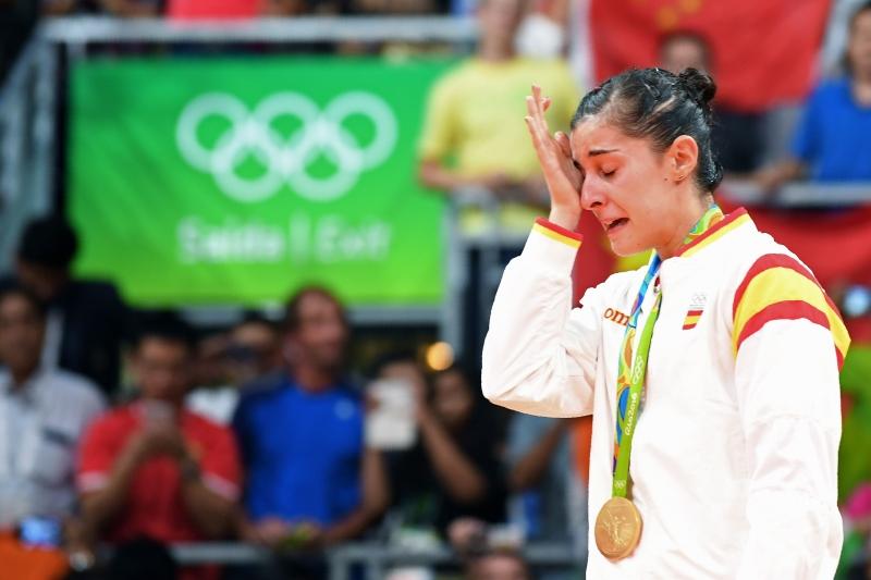 الإسبانية كارولينا مارين تبكي متأثرة بفوزها (أ ف ب)