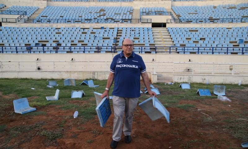 رئيس مجلس إدارة المدينة الرياضية رياض الشيخة يتفقد الأضرار التي تسبب بها جمهور الأنصار (عدنان الحاج علي)