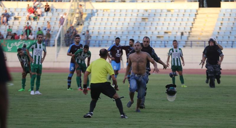 مشجع محاولاً الاعتداء على الحكم هادي سلامة (عدنان الحاج علي)