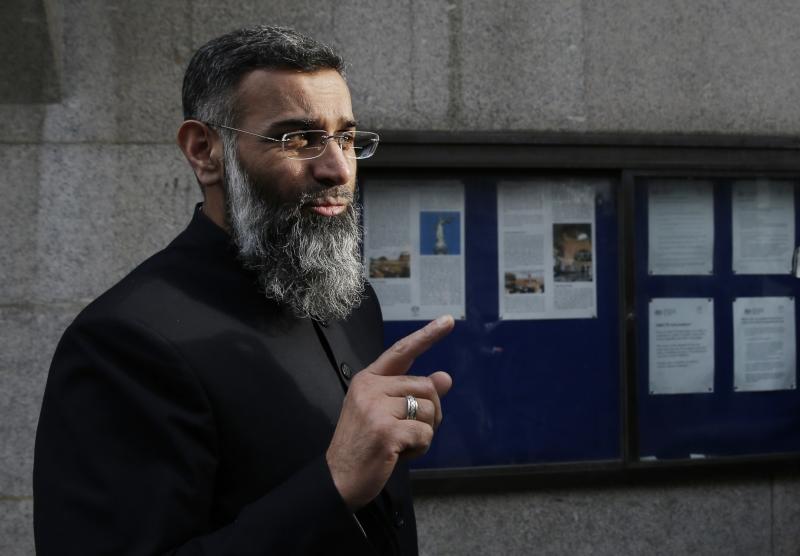 أنجم تشودري أحد أبرز الواعظين الإسلاميين في بريطانيا (أ ف ب)