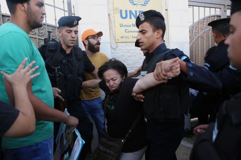 خلال فض الأمن الفلسطيني وقفة تضامنية مع الأسير بلال كايد في رام الله (آي بي ايه)