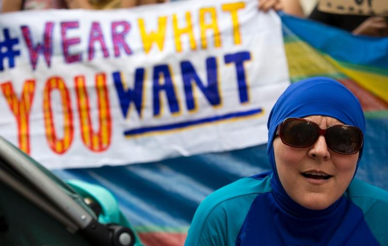 امرأة ترتدي البوركيني أثناء تظاهرة أمام السفارة الفرنسية في لندن مناهضة للحظر (أ ف ب)