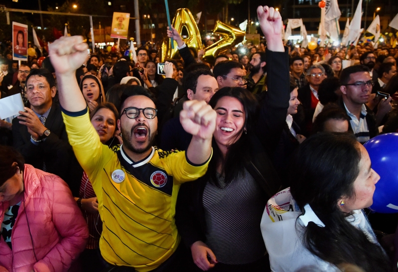 خرج عدد كبير من الكولومبيين إلى الشوارع، مرحبين بالاتفاق (أ ف ب)