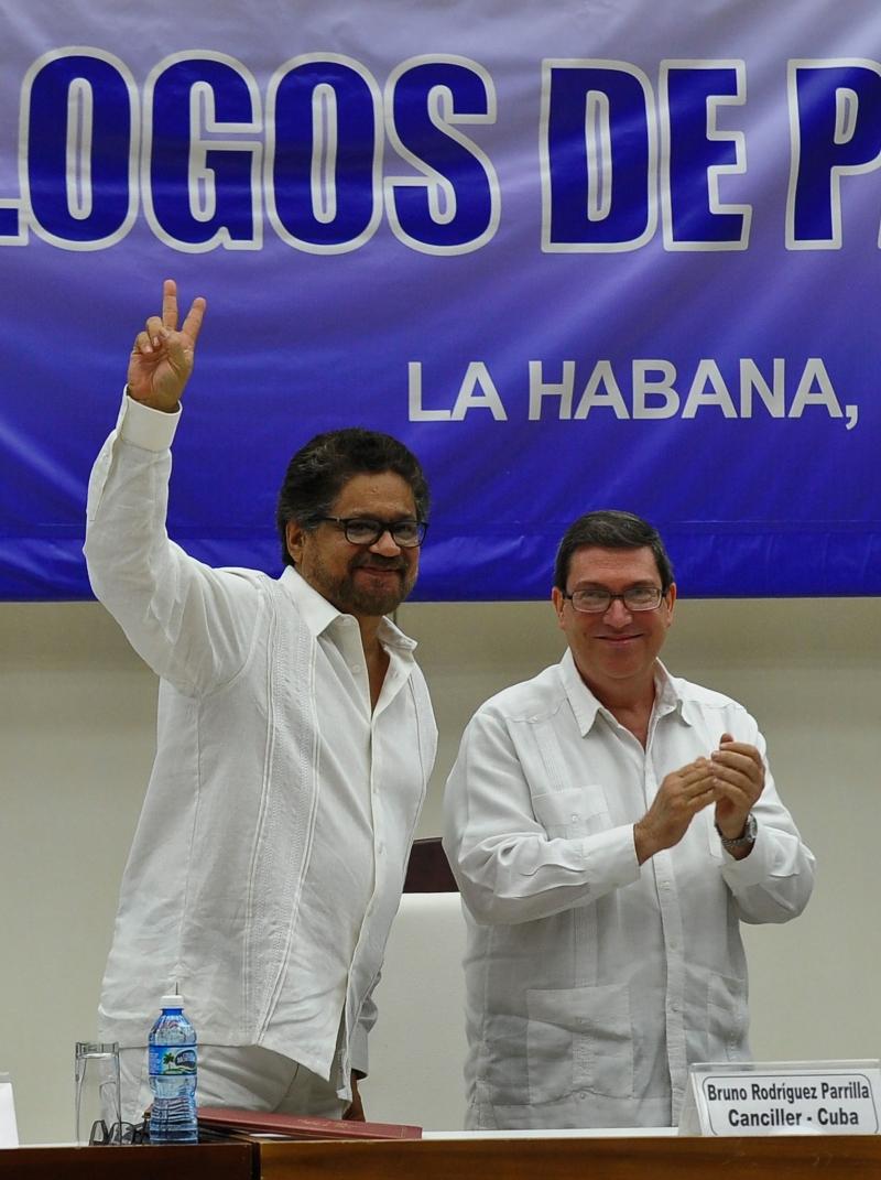 """القائد في """"فارك""""، إيفان ماركيز، يرفع شارة النصر في هافانا (أ ف ب)"""