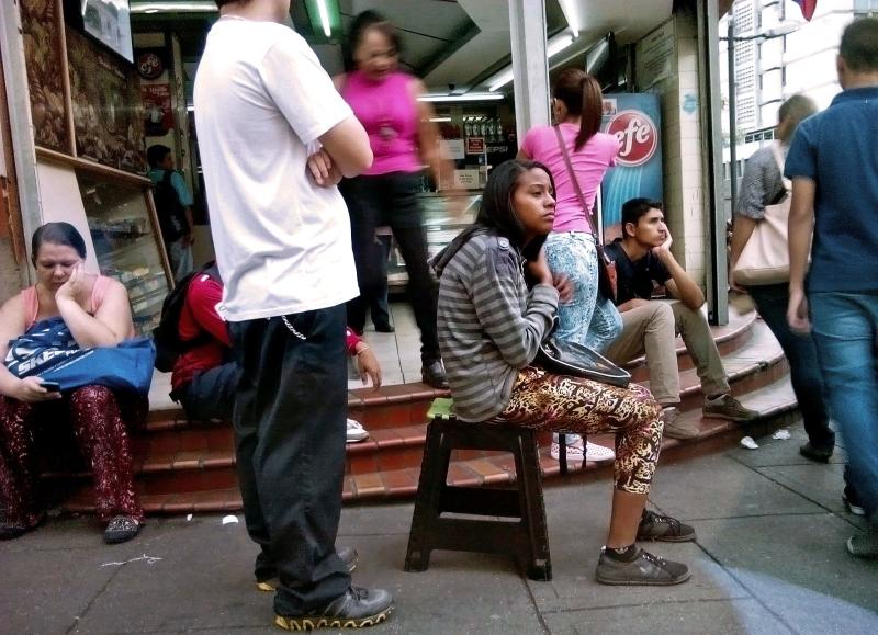 محافظ كاراكاس: تبتز المعارضة الشعب بحرمانه لقمة عيشه (أ ف ب)