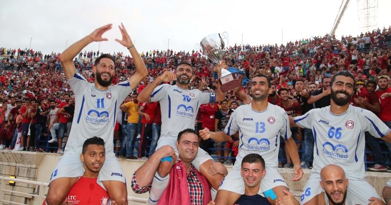 نجوم النجمة على اكتاف المشجعين بعد الفوز بلقب الكأس السوبر